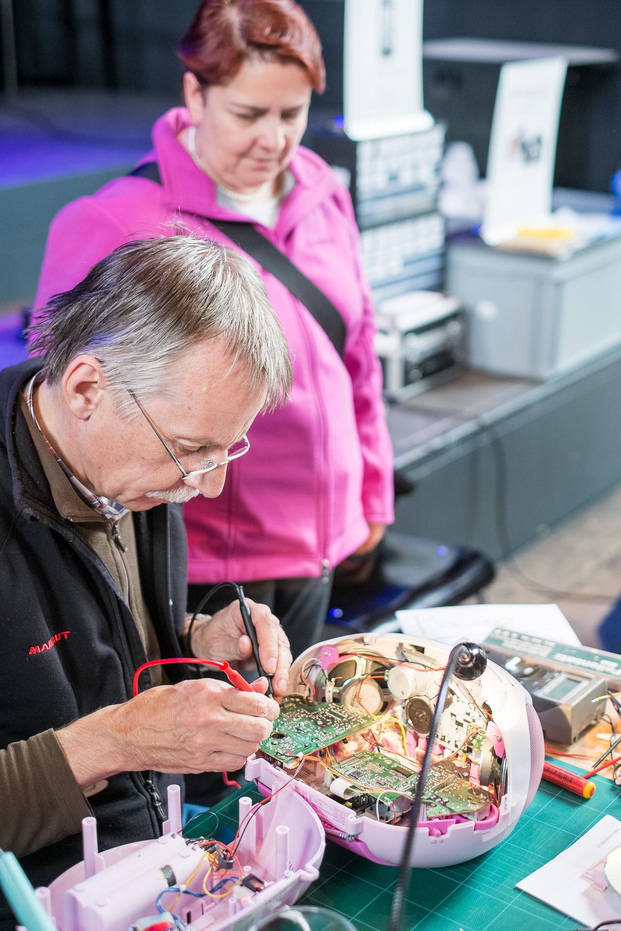 Reparaturtag: 30 Repair Cafés retten 2 Tonnen Geräte vor Abfall
